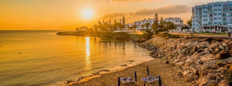 Het strand van de vogelbaai in Protaras, Cyprus royalty-vrije stock fotografie