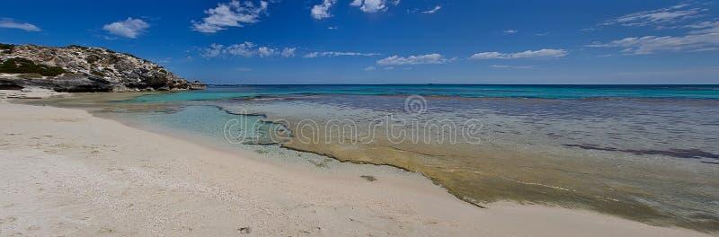 Het strand van de woestijn met rustig turqoise water royalty-vrije stock afbeelding