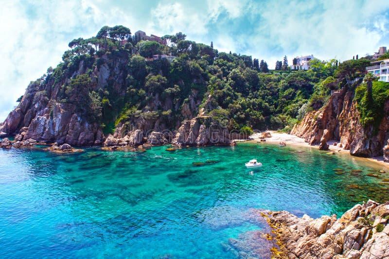 Het strand van de zomer De achtergrond van de aard en van de reis Spanje, Costa Brava