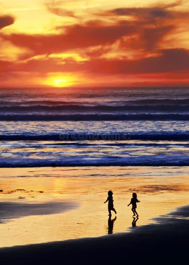 Het Strand Van De Zonsondergang Speelt A Royalty-vrije Stock Afbeelding