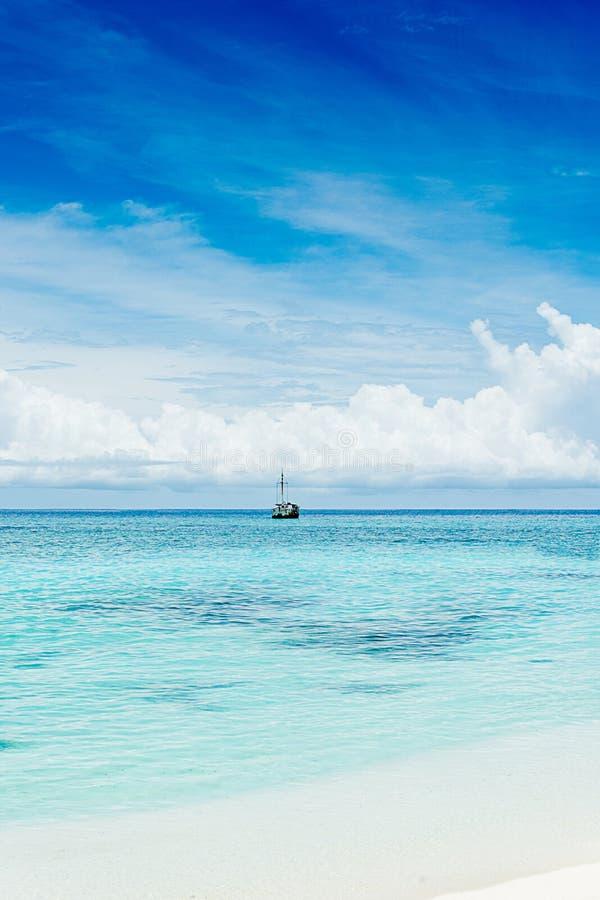 het strand van feydhoofinolhu - de Maldiven stock afbeelding