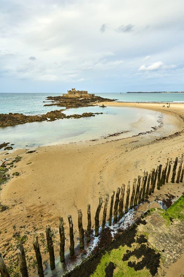 Het strand van heilige Malo, Fort Nationaal en rotsen tijdens Eb britt stock afbeeldingen