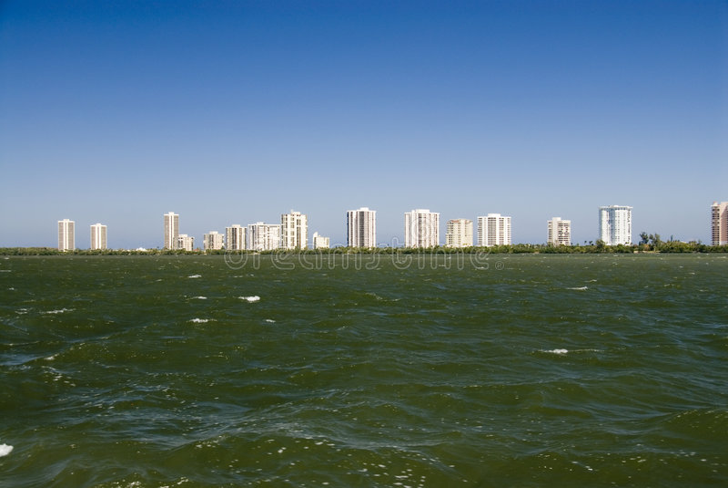Het Strand van het flatgebouw met koopflats stock foto's