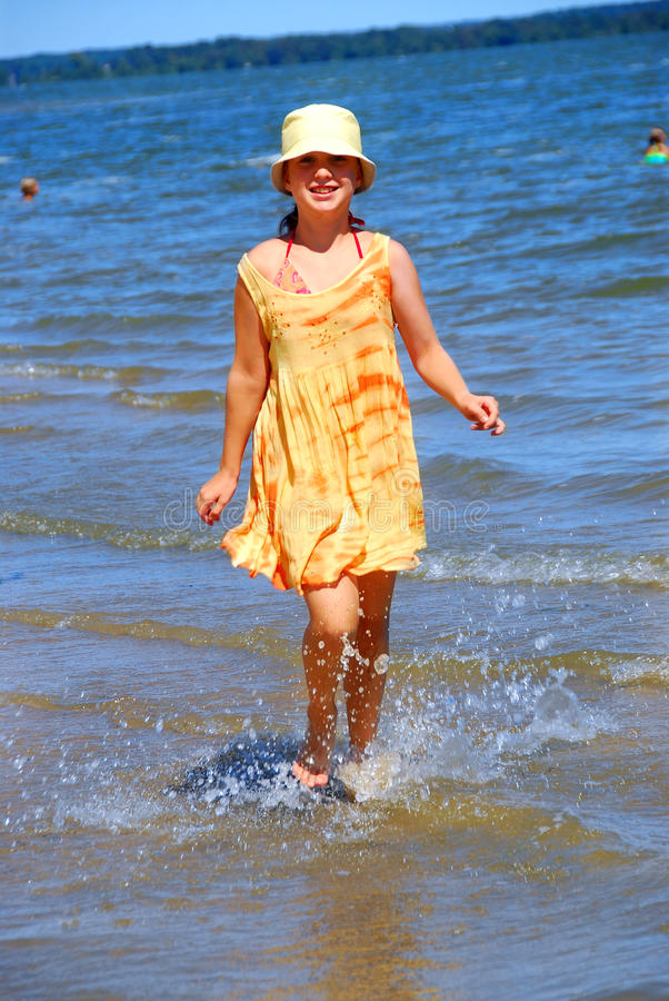 Het strand van het meisje stock afbeelding