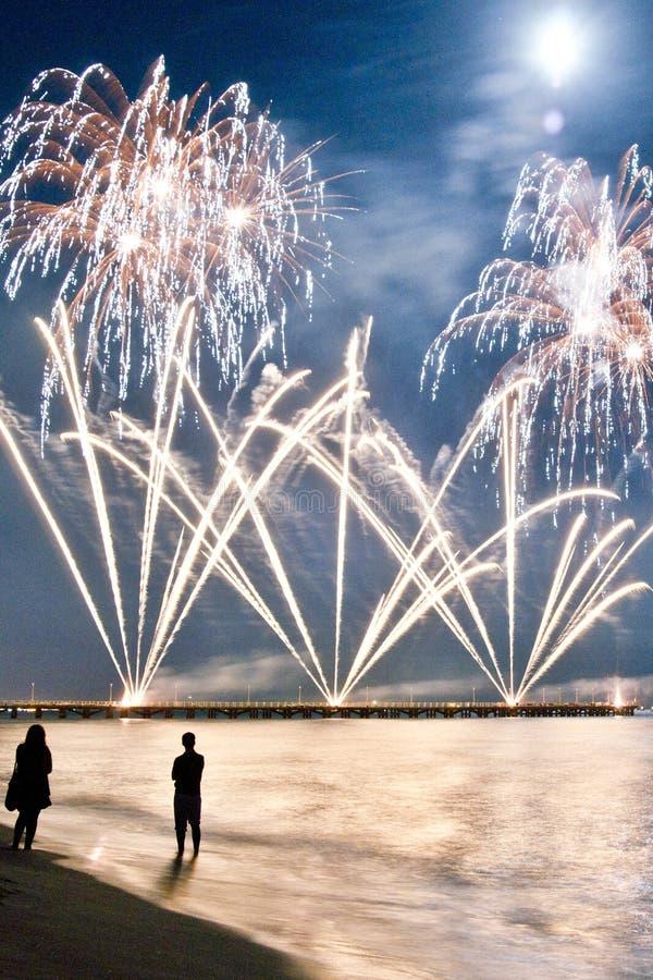 Het strand van het vuurwerk van Forte dei Marmi Italië royalty-vrije stock afbeelding