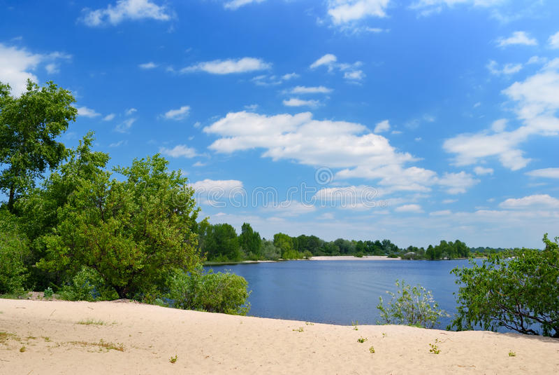 Het Strand Van Het Zand Op Rivier Met Groene Bomen Royalty-vrije Stock Foto's
