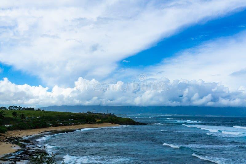 Het strand van Maui met rollende golven en bewolkte hemel royalty-vrije stock afbeeldingen