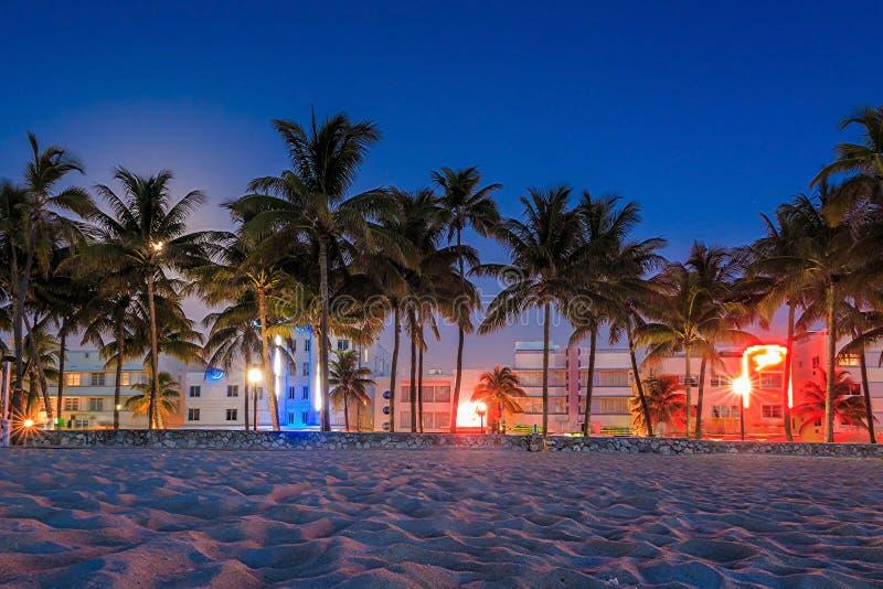 Het Strand van Miami, de hotels van Florida en restaurants bij schemering op Oceaan stock foto's