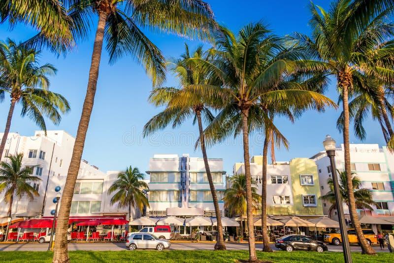 Het Strand van Miami, de hotels van Florida en restaurants bij schemering op Oceaan royalty-vrije stock fotografie