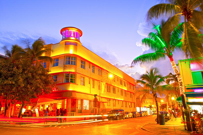 Het Strand van Miami, het Bewegende verkeershotels van Florida en restaurants bij zonsondergang op Oceaanaandrijving royalty-vrije stock afbeeldingen