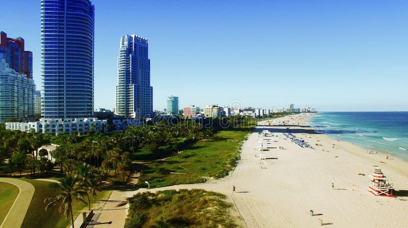 Het Strand van Miami op een zonnige dag, luchtmening royalty-vrije stock foto