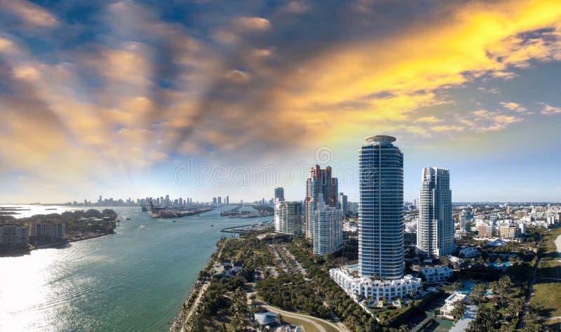 Het Strand van Miami in het Park van Zuidenpointe Panoramische luchtmening bij schemer royalty-vrije stock afbeeldingen