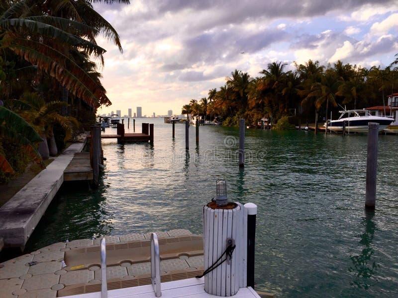 Het strand van Miami van het zonsondergangeiland royalty-vrije stock afbeelding