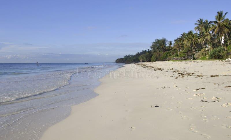 Het Strand van Mombasa: vrij leeg strand en geen toeristen stock afbeeldingen