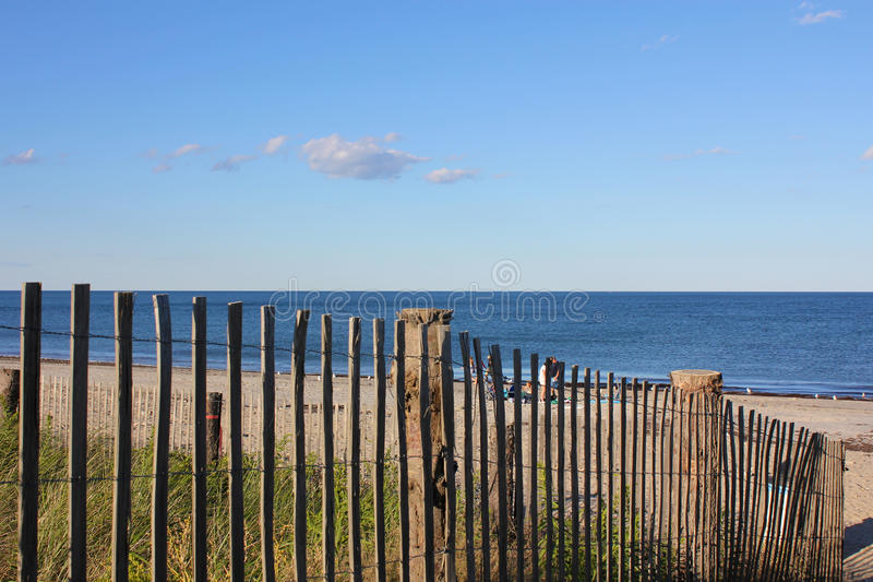 Het Strand van New England voorbij een Omheining stock fotografie