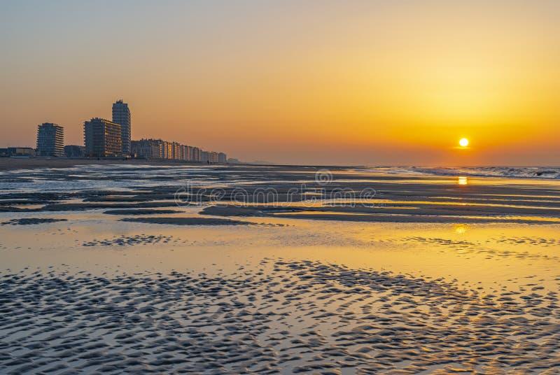 Het Strand van Oostende bij Zonsondergang, Vlaanderen royalty-vrije stock foto