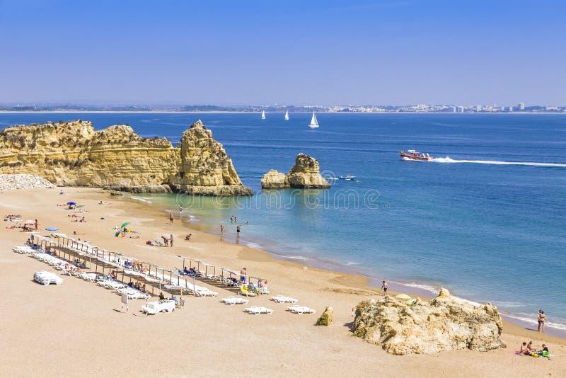 Het strand van Praiada Dona Ana in Lagos, Algarve gebied, Portugal royalty-vrije stock afbeelding