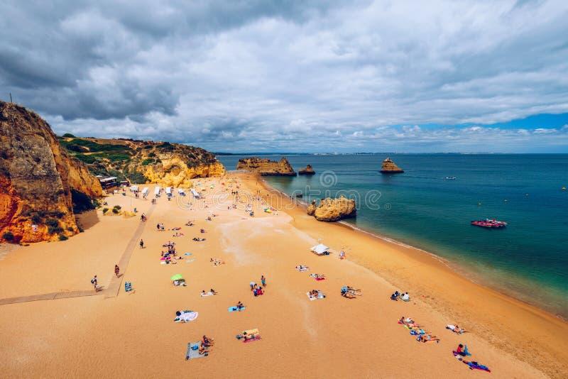 Het strand van Praiadona ana met turkooise zeewater en klippen, Portugal Mooi Dona Ana Beach (Praia Dona Ana) in Lagos, Algarve, stock afbeeldingen