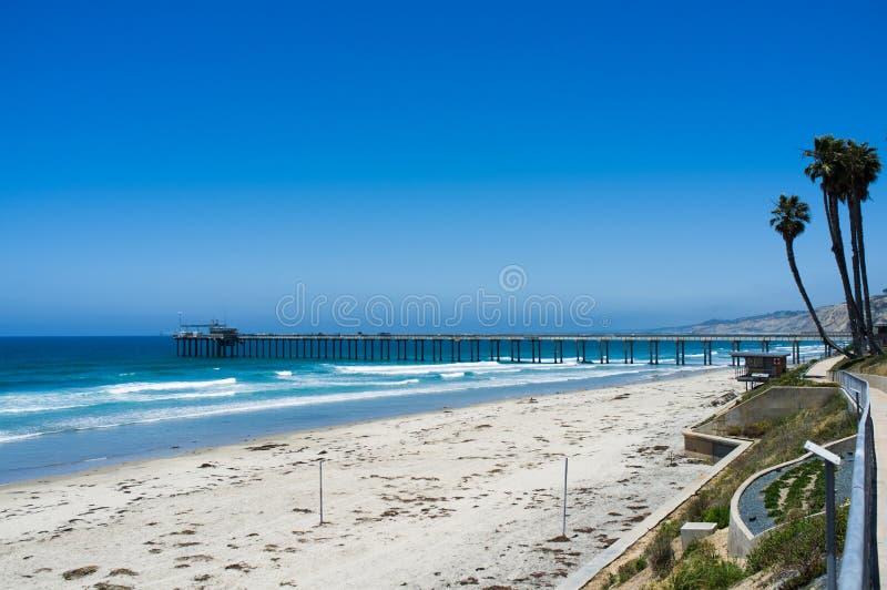 Het strand van San Diego langs kustlijn - de pijler van La Jolla - Universiteit van royalty-vrije stock fotografie