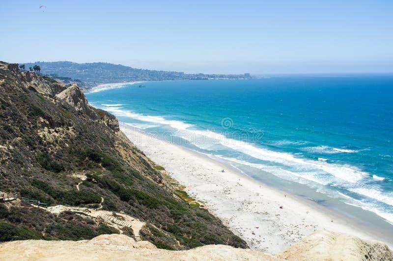 Het strand van San Diego langs kustlijn - Torrey Pines gliderport royalty-vrije stock afbeeldingen