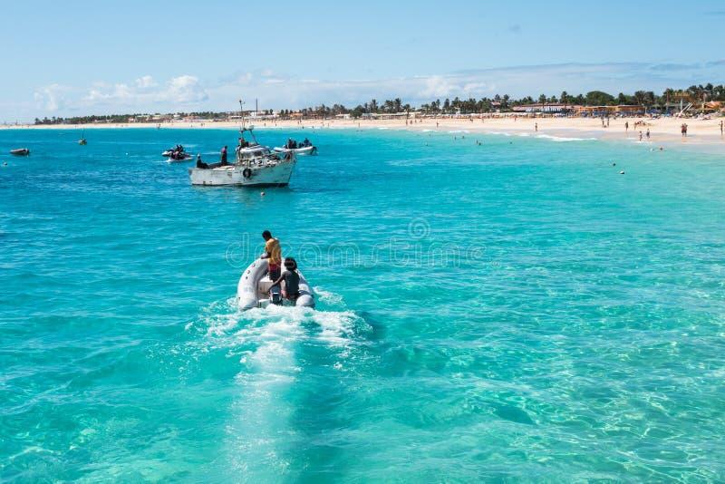 Het strand van Santa Maria van vissersboten in Zout Kaapverdië - Cabo Verde stock afbeelding