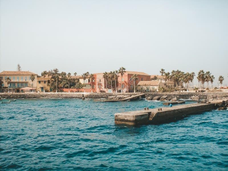 Het strand van Senegal met concrete pijler en architectuur, mening van water royalty-vrije stock afbeeldingen