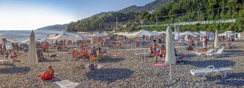 Het strand van Sotchi in de zomer Microdistrict Mamayka, Rusland royalty-vrije stock foto's