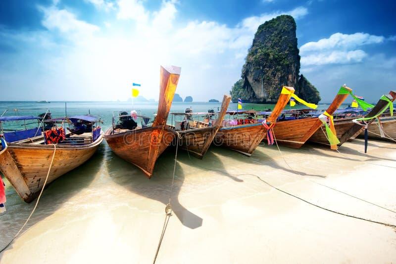 Het strand van Thailand op tropisch eiland. Mooie reisachtergrond stock afbeeldingen