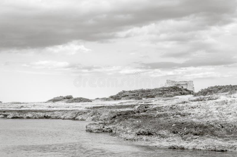 Het strand van Torrepozzelle en zijn baai bij zonsondergang in Ostuni Salento Italië royalty-vrije stock fotografie