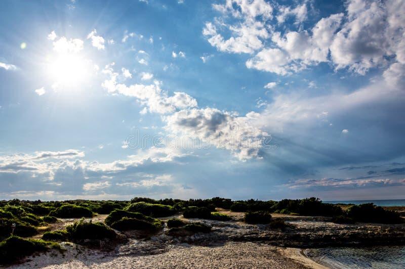 Het strand van Torrepozzelle en zijn baai bij zonsondergang in Ostuni Salento Italië royalty-vrije stock foto's