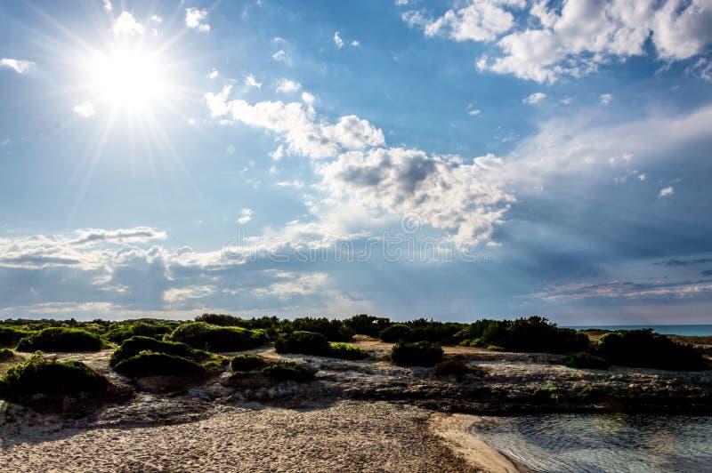 Het strand van Torrepozzelle en zijn baai bij zonsondergang in Ostuni Salento Italië stock foto's