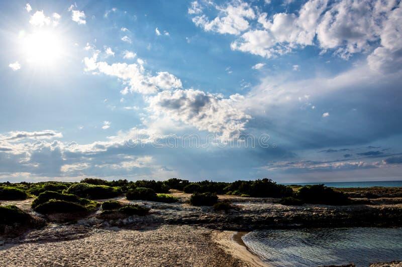 Het strand van Torrepozzelle en zijn baai bij zonsondergang in Ostuni Salento Italië stock afbeeldingen