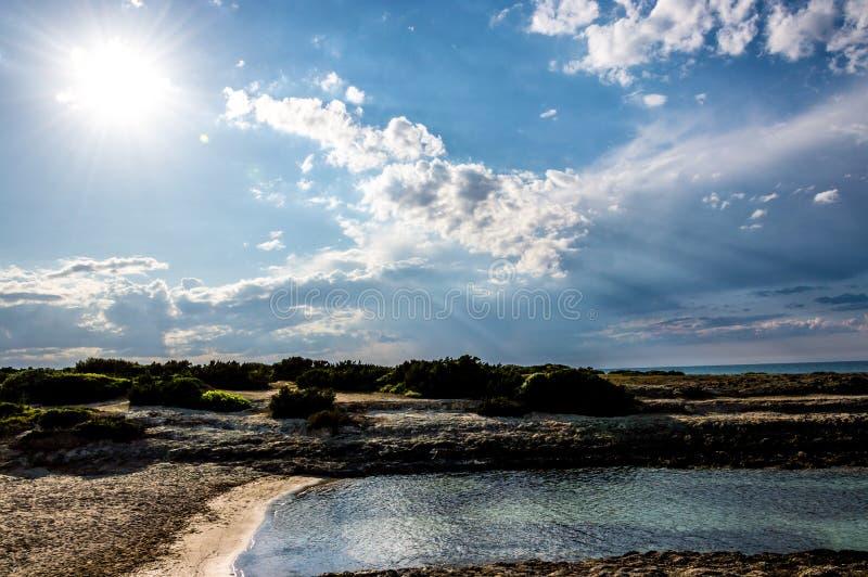 Het strand van Torrepozzelle en zijn baai bij zonsondergang in Ostuni Salento Italië royalty-vrije stock afbeeldingen