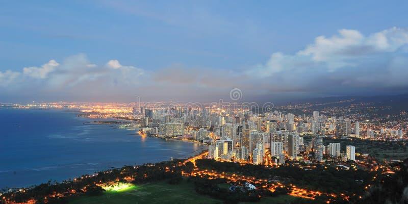 Het strand van Waikiki 's nachts met Honolulu stock foto's