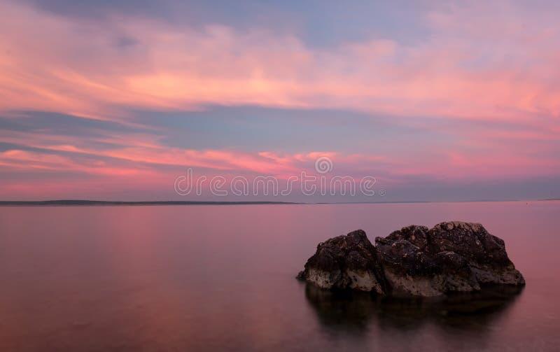 Het Strand van zonsopgangkroatië met Pastelkleur en Rots in Voorgrond stock foto