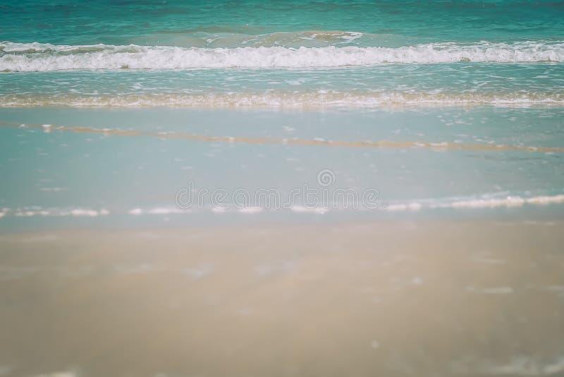 Het strandachtergrond van de zomer het witte idee van het de vakantieconcept van de Zandkalmte met blauwe overzees en hemel stock foto's