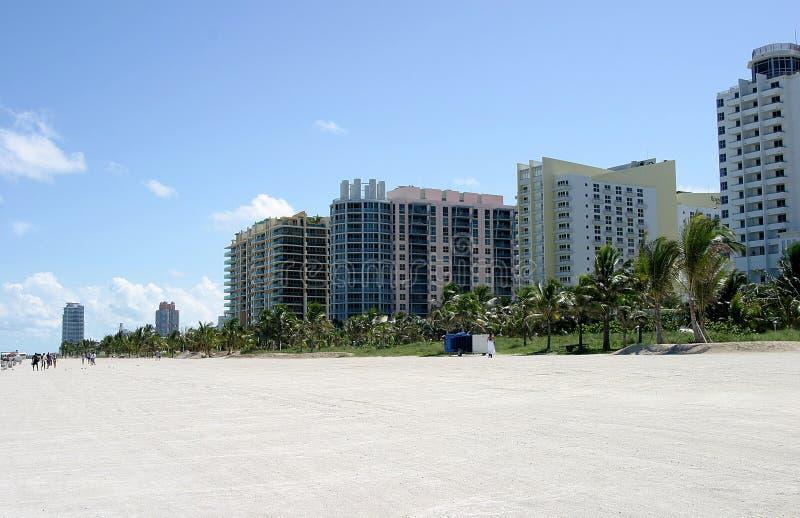 Het strandflatgebouwen met koopflats van het zuiden royalty-vrije stock afbeeldingen