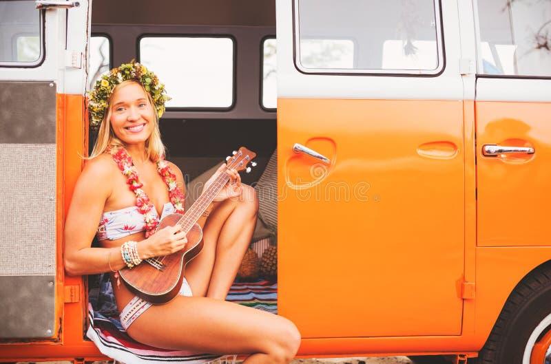 Het Strandlevensstijl van het surfermeisje stock fotografie