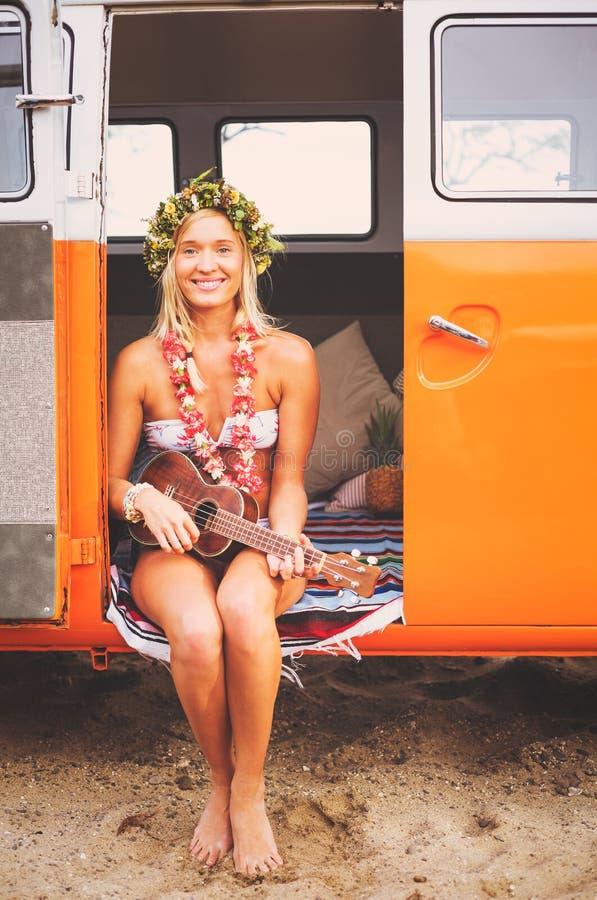 Het Strandlevensstijl van het surfermeisje royalty-vrije stock foto