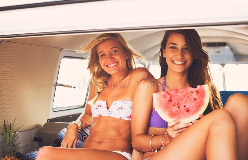 Het Strandlevensstijl van surfermeisjes stock fotografie