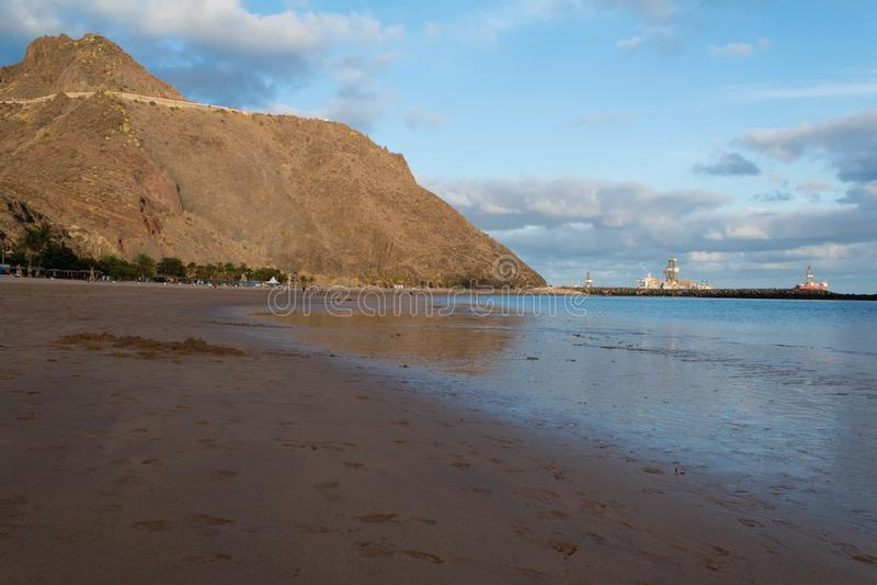 Het strandmening van Lasteresitas met olieplant stock foto
