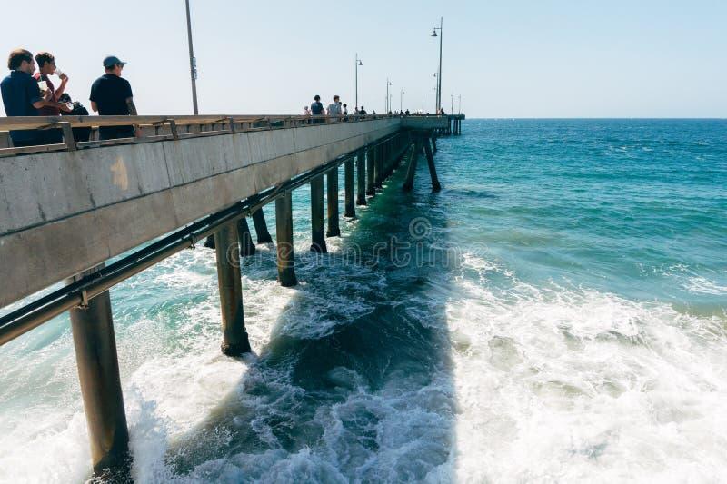 Het strandpijler van Venetië en de mensen die op het in Californië de V.S. lopen stock foto