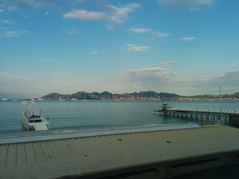 Het strandvoorzijde van Cannes stock afbeelding
