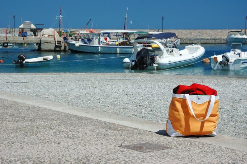 Het strandzak van de zomer bij Griekse jachthaven, Leonidio, Griekenland royalty-vrije stock afbeeldingen