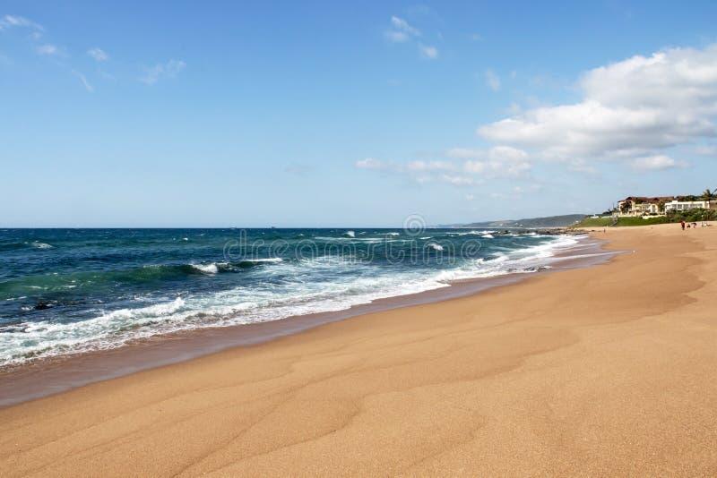 Het strandzand schommelt Oceaan en Golven in Zuid-Afrika royalty-vrije stock fotografie