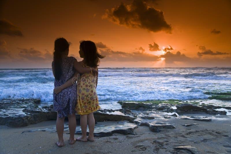 Het strandzonsondergang van meisjes royalty-vrije stock foto's