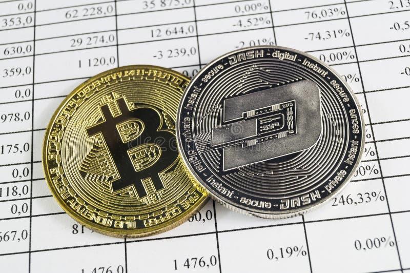 Het streepje is een moderne manier van uitwisseling en deze crypto munt stock afbeeldingen