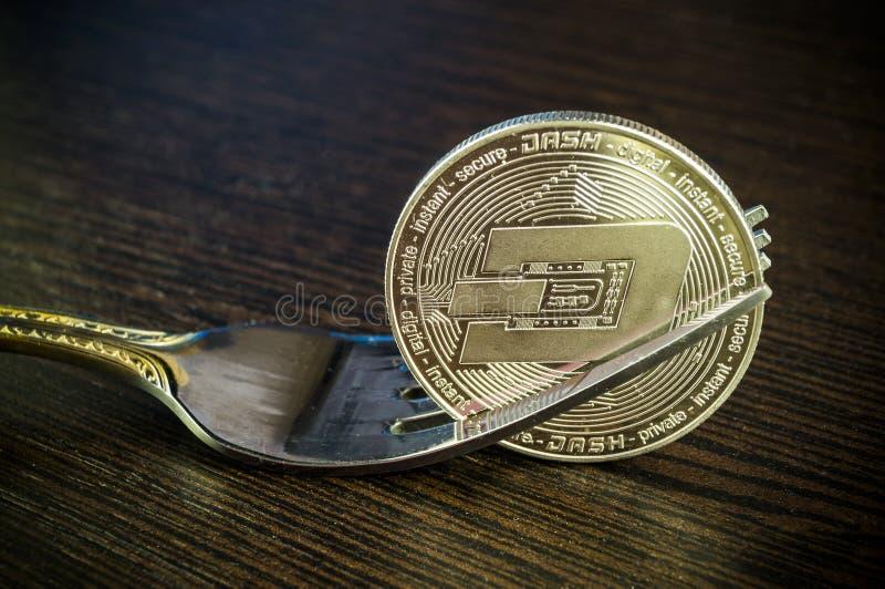 Het streepje is een moderne manier van uitwisseling en deze crypto munt royalty-vrije stock afbeelding