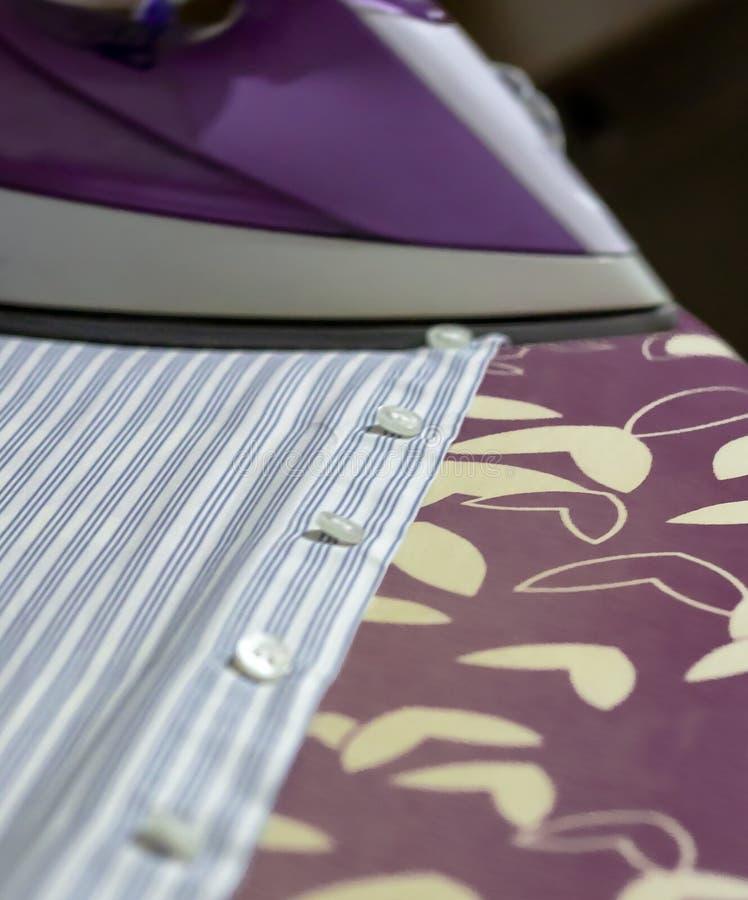 Het strijken verstrekt elegante kleren voor het toevallige en formele leven stock foto