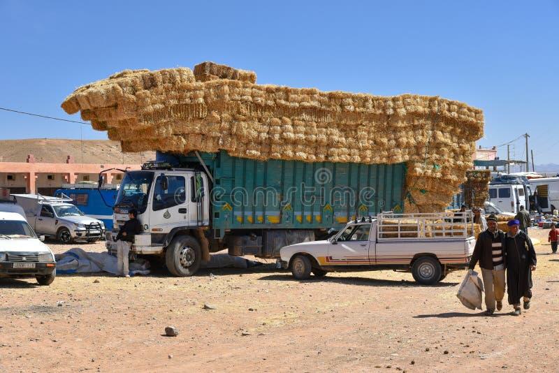 Het strohooi verpakt vrachtwagen in de dierlijke markt van Marokko in balen stock foto